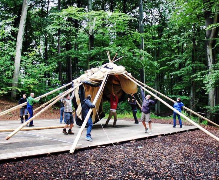 Tipi aufbauen helfen gemeinsam zusammen Event Firma Incentive Rahmenprogramm NAtur outdoor Feier