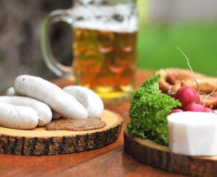 Weißwurst Essen bayerisch Senf Bier Breze Holz Baumscheibe Event