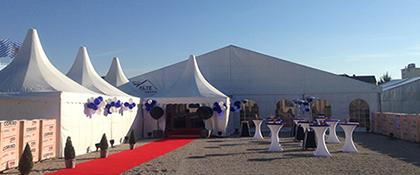 Zelt groß Firmenfeier weiß roter Teppich Donauevents Stehtische mieten Husse Hussen Promotion